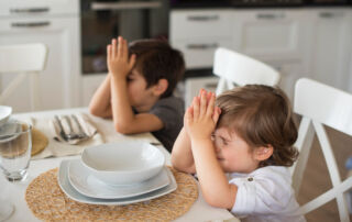 Children pray at the dinner table. Photo created by freepik